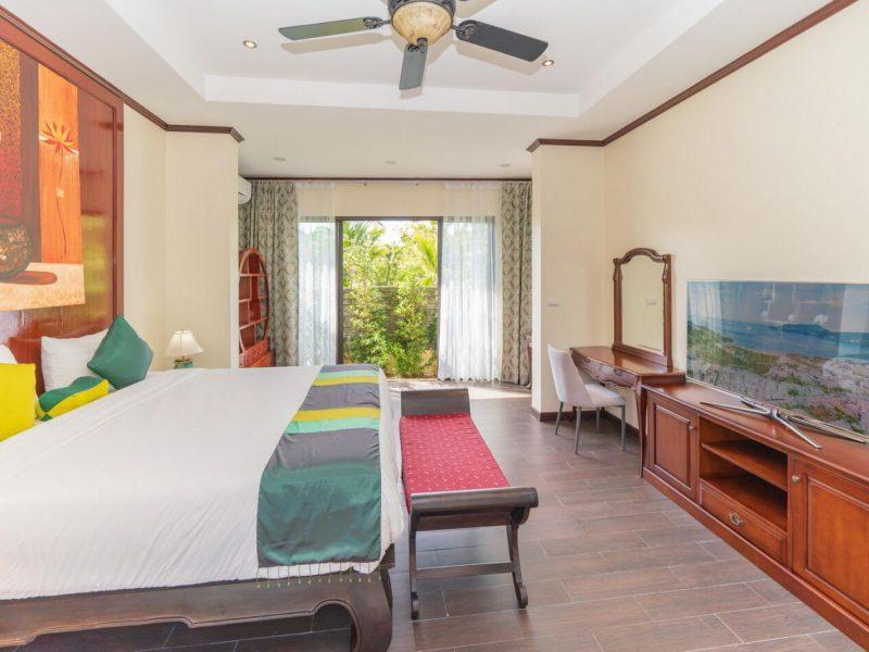 Красивая и большая 4-х спальная Вилла N5 в комплексе Les Palmares.