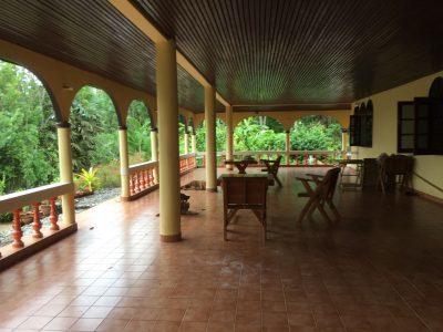 Продается дом с видом на море с большой террасой в Раваи.